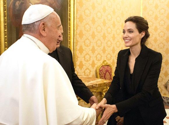 Angelina-Jolie-pope-francis-Unbroken-2014