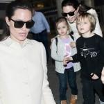 アンジェリーナ・ジョリー、双子ちゃんたちを連れて空港に現れ