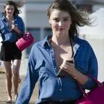 ミランダ・カー、デニムシャツ×黒ショートパンツでビーチで撮影 #私服