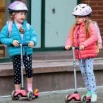 サラ・ジェシカ・パーカーの双子の娘たちがキックボードで登校