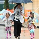 サラ・ジェシカ・パーカー、雨のNY!双子の娘たちと傘をさして学校へ