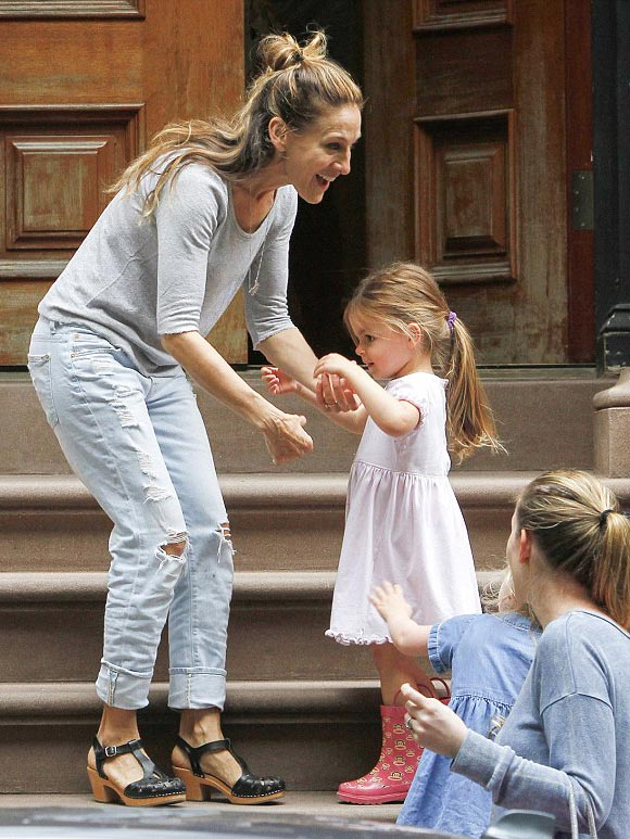 Sarah-Jessica-Parker-twin-daughters-april-2015-01