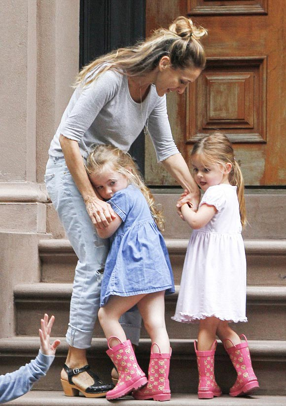 Sarah-Jessica-Parker-twin-daughters-april-2015-02