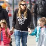 サラ・ジェシカ・パーカー、双子の娘マリオンちゃんとタビサちゃんを学校へ #私服