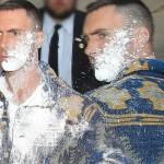 アダム・レヴィーン、トーク番組出演前に白い粉を大量にかけられる #マルーン5
