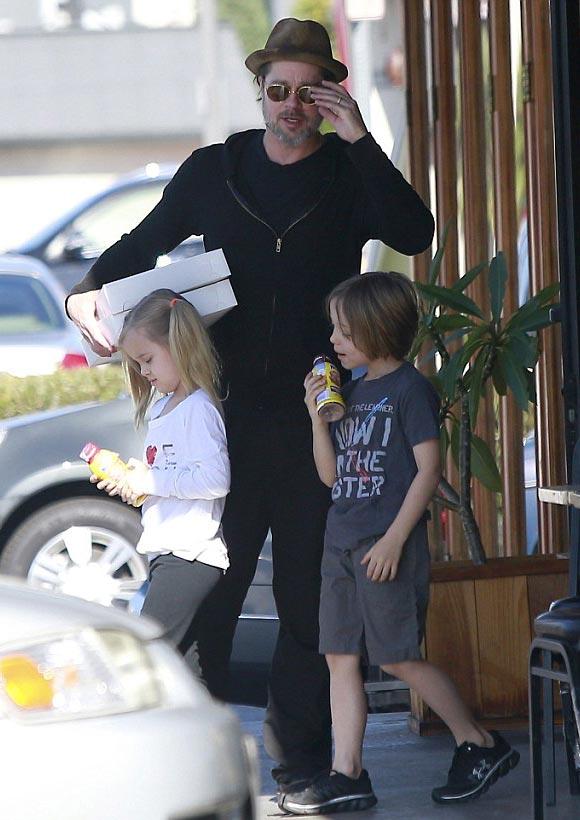 Brad-Pitt-twins-Vivienne-Knox-2015-02