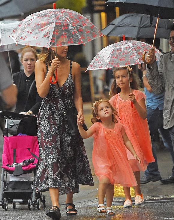 jessica-alba-daughters-june-2015-01