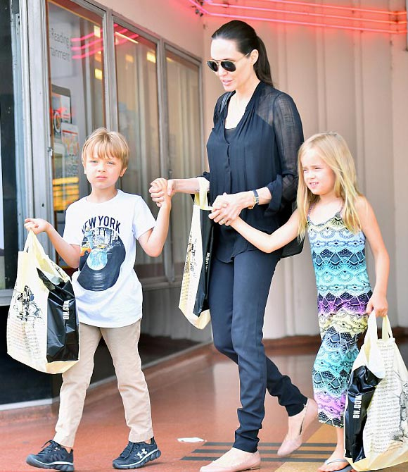 Angelina-Jolie-twins-Knox-Vivienne-2015-04