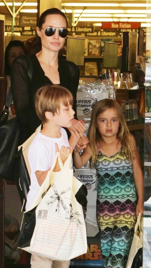 Angelina-Jolie-twins-Knox-Vivienne-2015-06