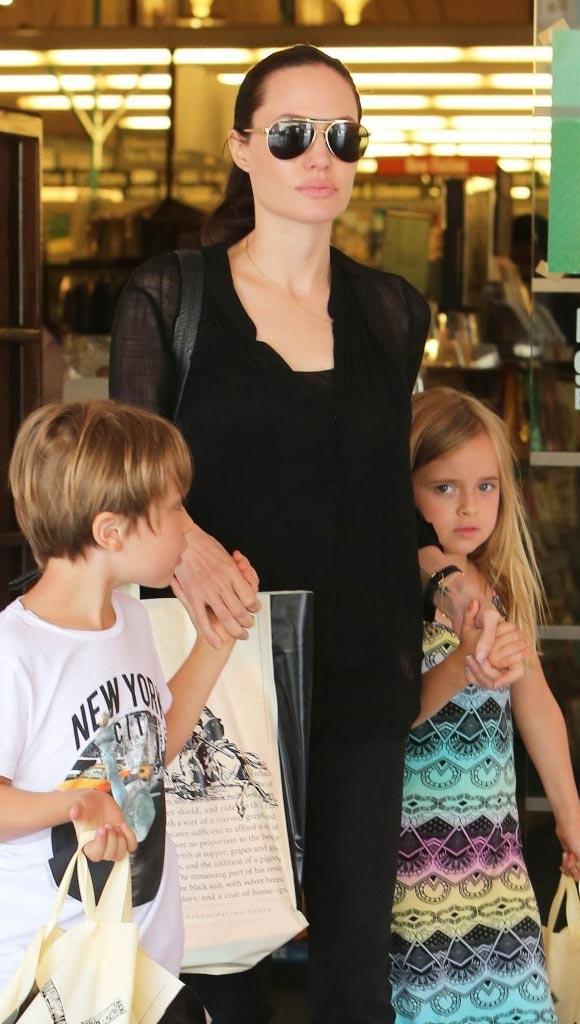 Angelina-Jolie-twins-Knox-Vivienne-2015-07