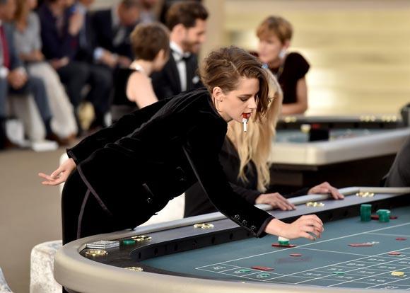 Kristen-Stewart-Chanel-PFW-2015-03