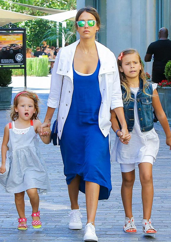 jessica-alba-daughters-july-2015-02