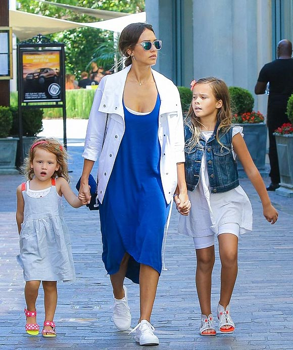 jessica-alba-daughters-july-2015-03