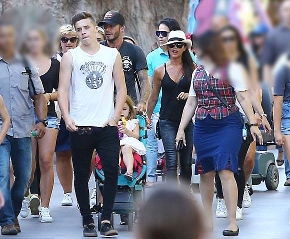 harper-Beckham-family-Disneyland-2015-01