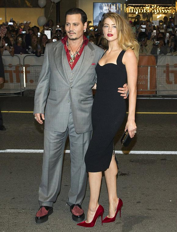 Amber-Heard-Johnny-Depp-kiss-sep-2015-03