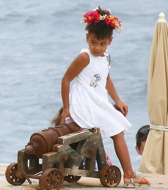 Beyonce-daughter-blue-sep-2015-02