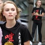 ジョニー・デップの娘リリー・ローズちゃん、爆笑日本語Tシャツを着てお出かけ #私服