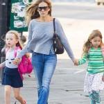 サラ・ジェシカ・パーカー、双子の娘たちを学校へ送る#私服
