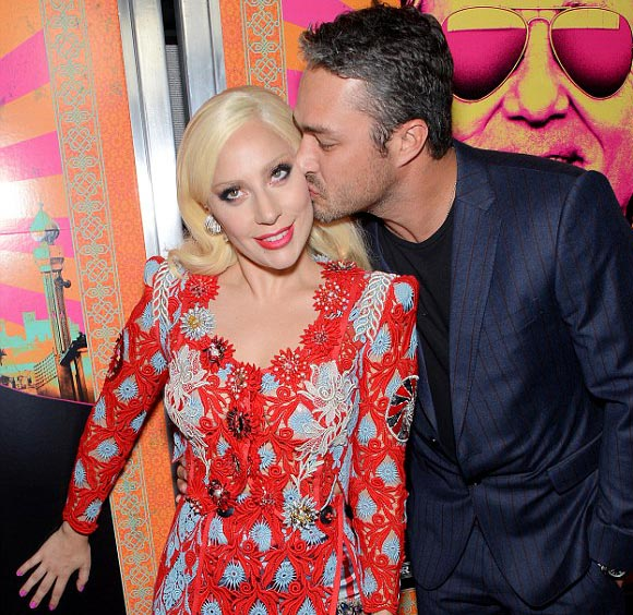 Lady-Gaga-Taylor-Kinney-kiss-oct-2015-01