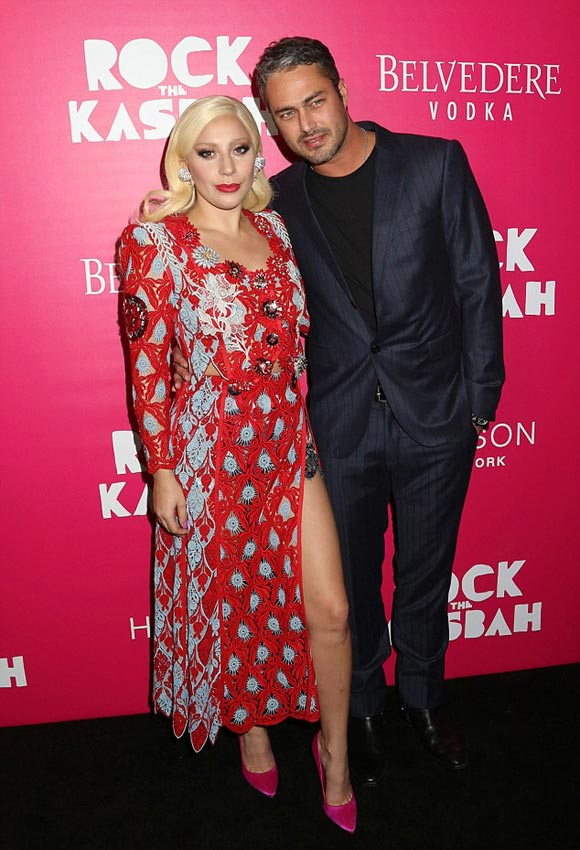 Lady-Gaga-Taylor-Kinney-kiss-oct-2015-03