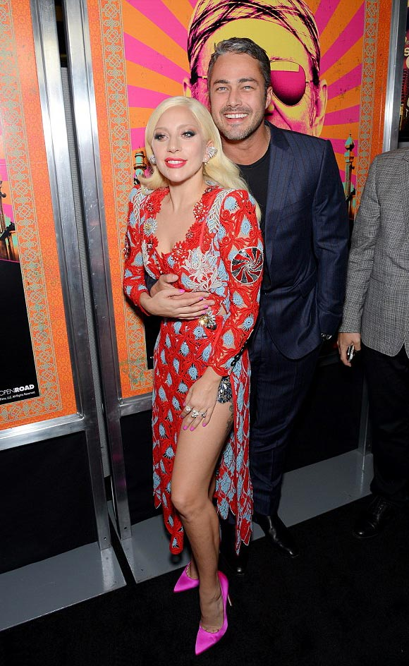 Lady-Gaga-Taylor-Kinney-kiss-oct-2015-04