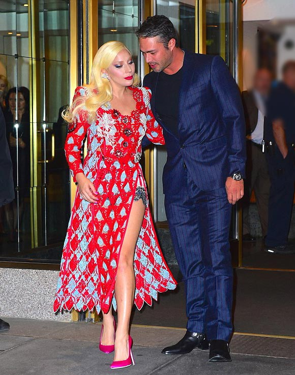 Lady-Gaga-Taylor-Kinney-kiss-oct-2015-05