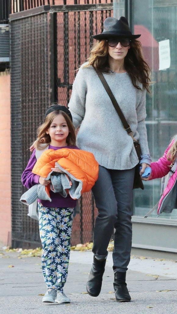 Sarah-Jessica-Parker-daughters-26-oct-2015-04