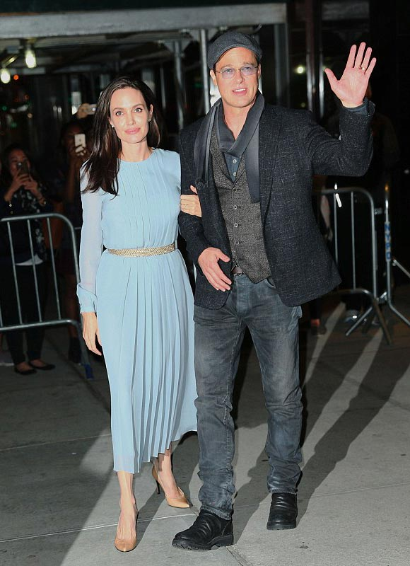 Angelina-Jolie-Brad-Pitt-by-the-sea-2015-03