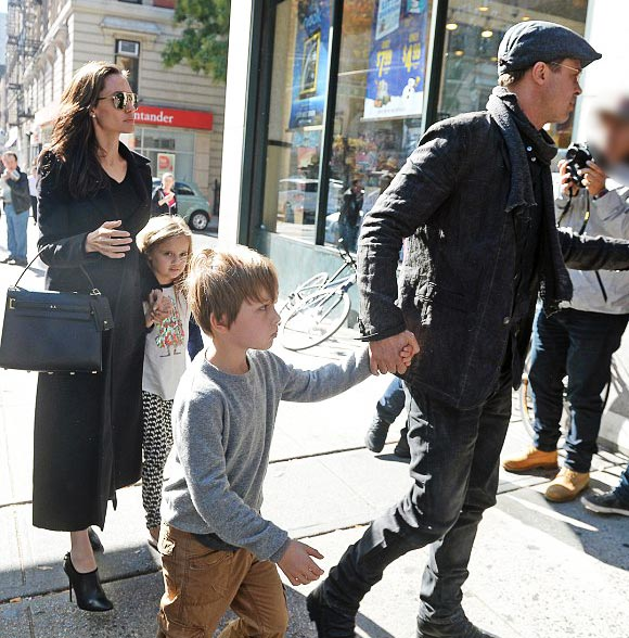 Angelina-Jolie-Brad-Pitt-twins-nov-2015-05