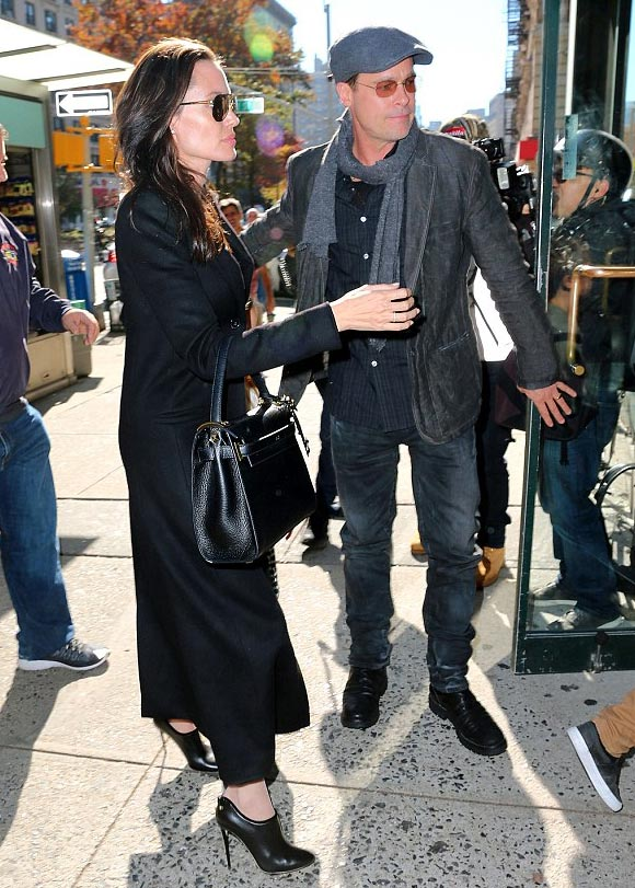 Angelina-Jolie-Brad-Pitt-twins-nov-2015-06