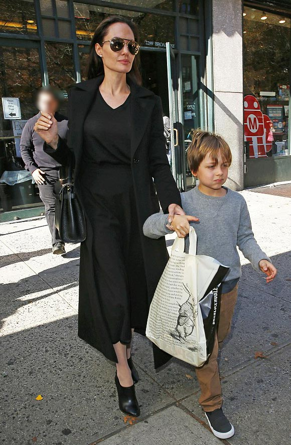 Angelina-Jolie-Brad-Pitt-twins-nov-2015-10