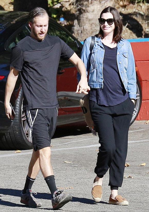 Anne-Hathaway-pregnancy-2015-04