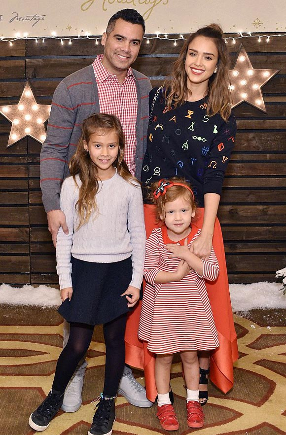 Jessica-Alba-family-dec-2015-04