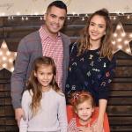 ジェシカ・アルバ、幸せ家族!クリスマスパーティーに出席