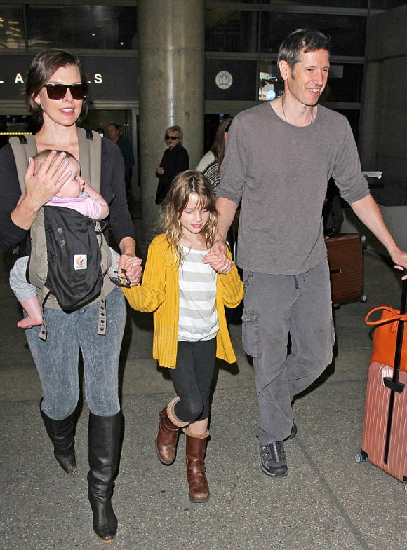 Milla-Jovovich-family-dec-16-2015-01