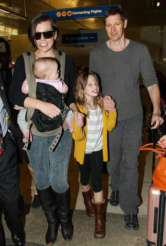 Milla-Jovovich-family-dec-16-2015-02