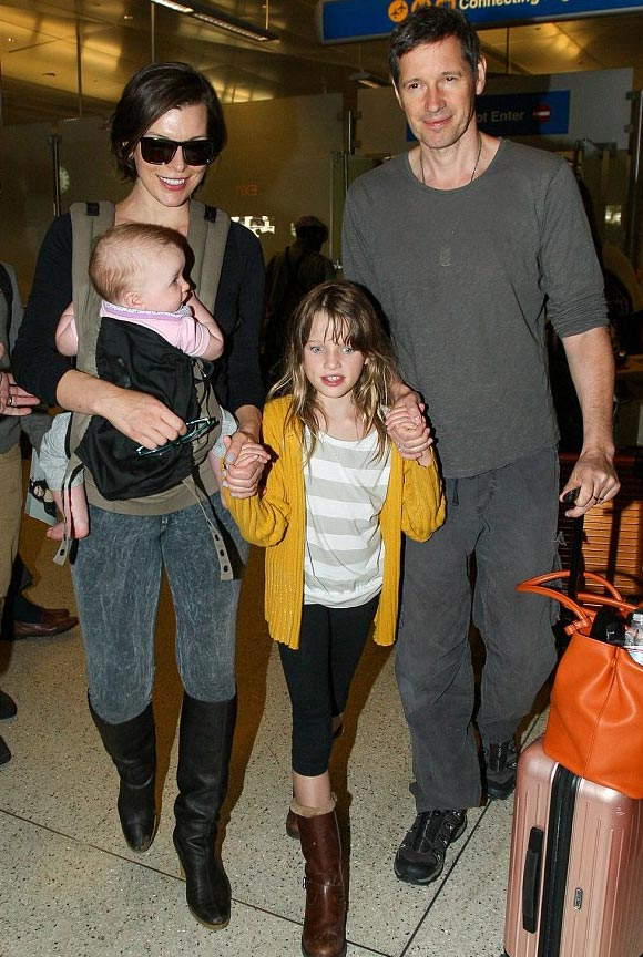 Milla-Jovovich-family-dec-16-2015-03