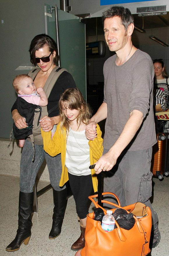 Milla-Jovovich-family-dec-16-2015-05
