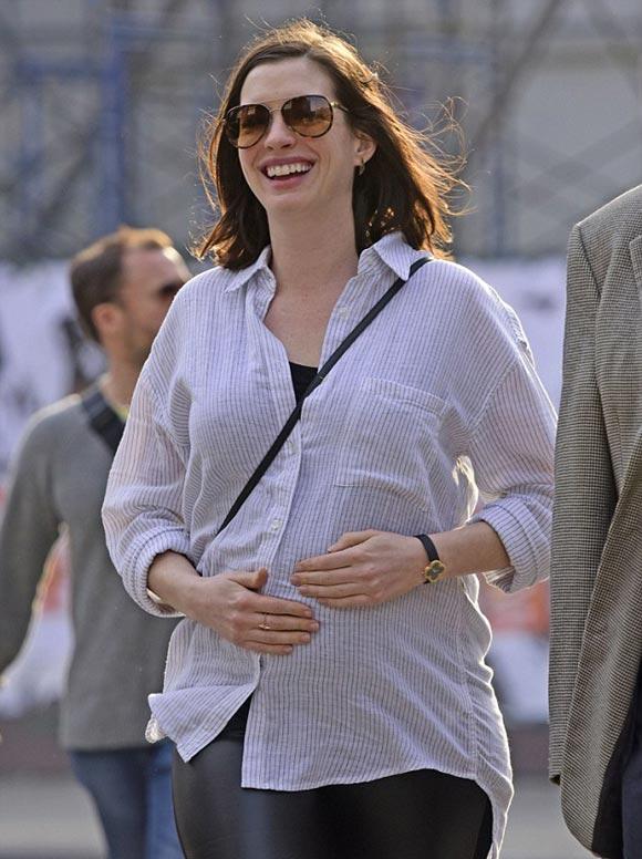 Pregnant-Anne-Hathaway-fashion-2015-05