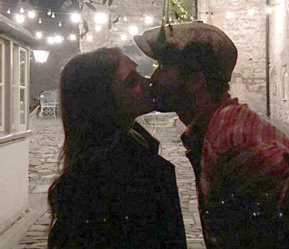 david-victoria-beckham-xmas-kiss-instagram-2015-01