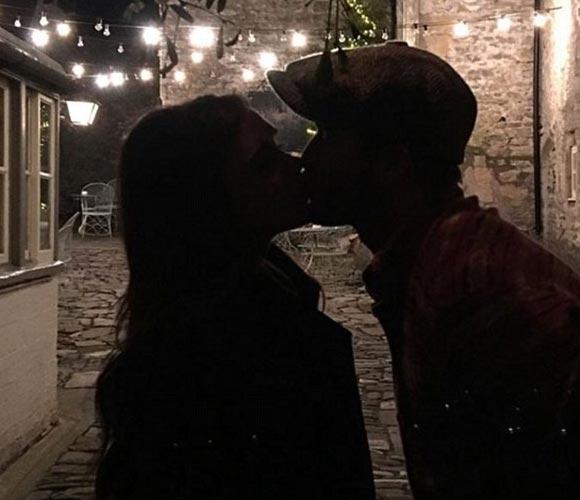 david-victoria-beckham-xmas-kiss-instagram-2015