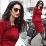 アマル・クルーニー、真っ赤なスカートスーツスタイルでお仕事へ