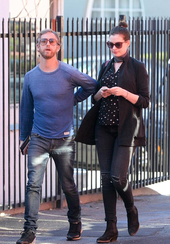 Anne-Hathaway-Pregnant-Husband-jan-2016-04