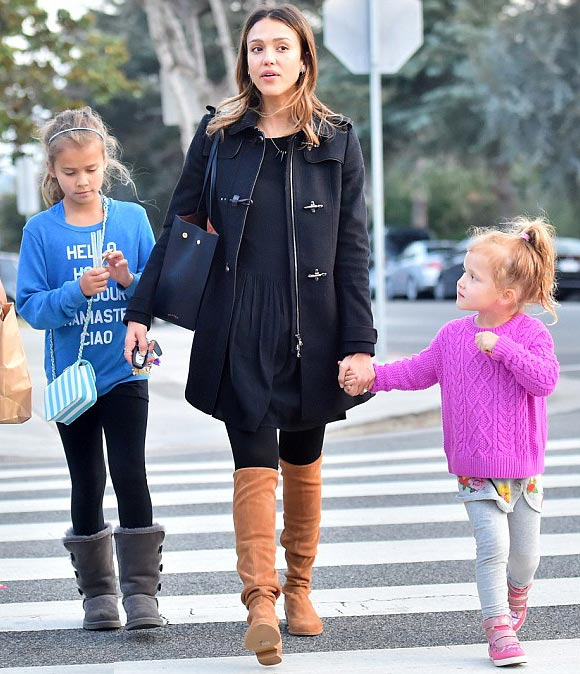 Jessica-Alba-daughters-jan-2016-01