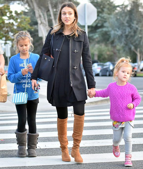 Jessica-Alba-daughters-jan-2016-02
