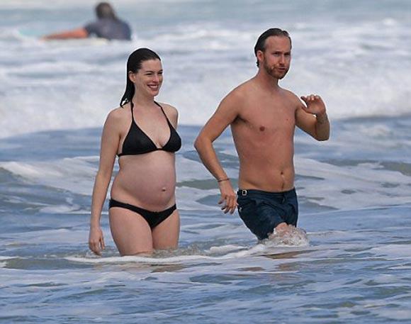 Pregnant-Anne-Hathaway-bikini-jan-2016-03