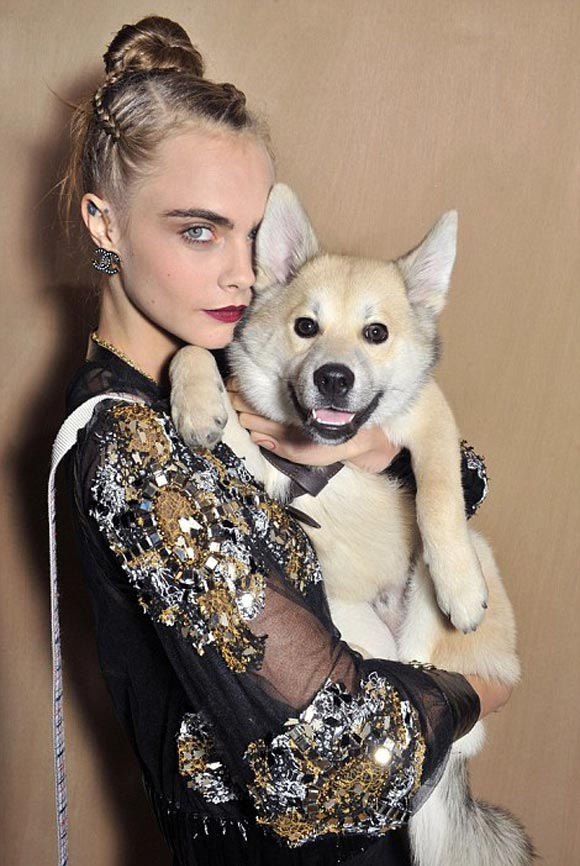 cara-delevingne-puppy-chanel-2016ss-04