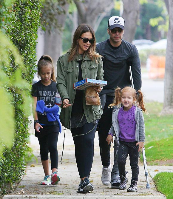 jessica-alba-family-jan-2016-01