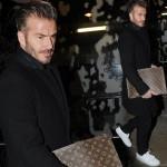 デビッド・ベッカム、オールブラックコーデに白スニーカー&ルイヴィトンのクラッチバッグ #髪型 #ファッション
