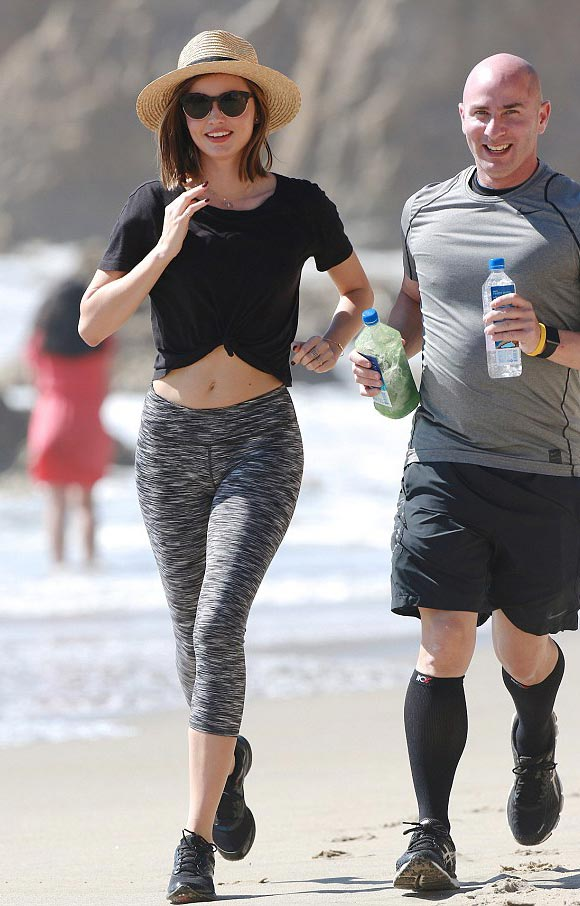 miranda-kerr-works-out-beach-feb-2016-02